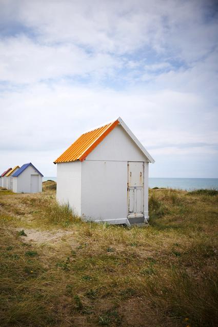 cabine de plage colorée de gouville sur mer au toit orange