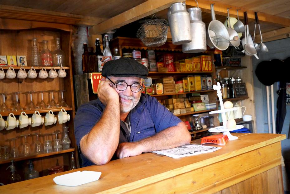 Homme derrière son comptoir d'épicerie dans le style des années 40