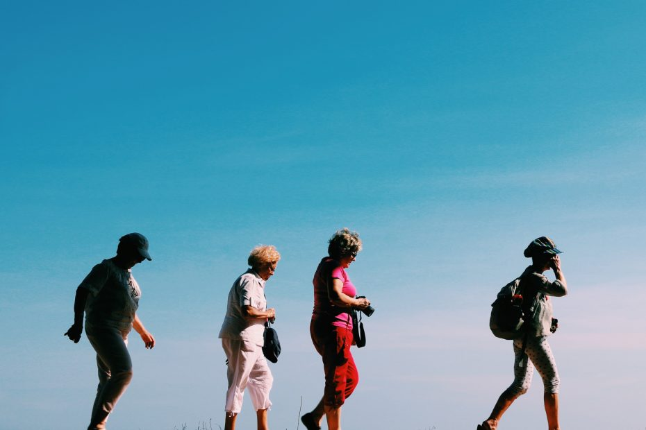 groupe d'amis en visite marchant les uns derrière les autres