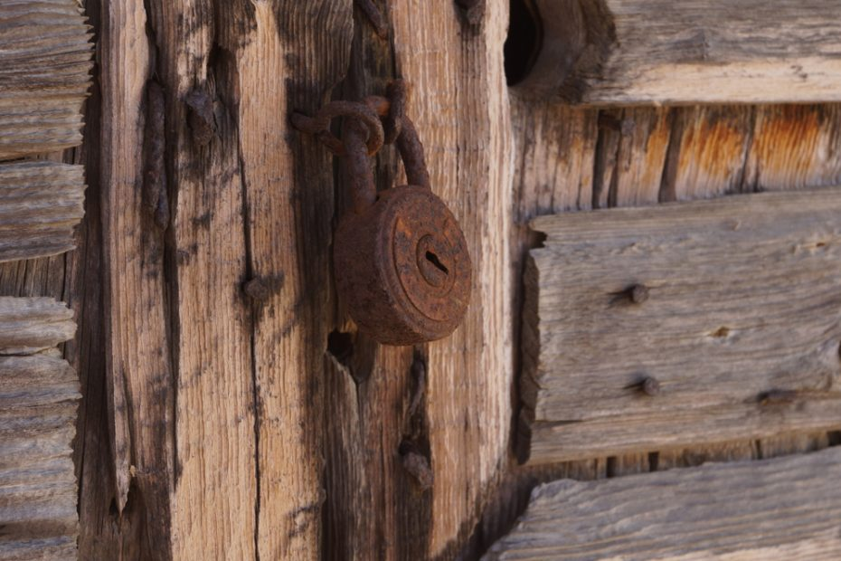 porte en bois et cadenas propriété privée