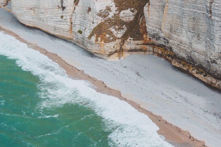 falaise de calcaire et mer de la manche