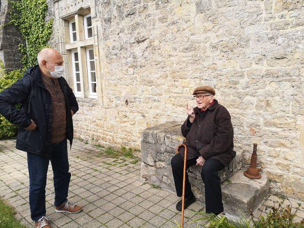 discussion entre deux hommes à propos du débarquement dont l'un témoigne