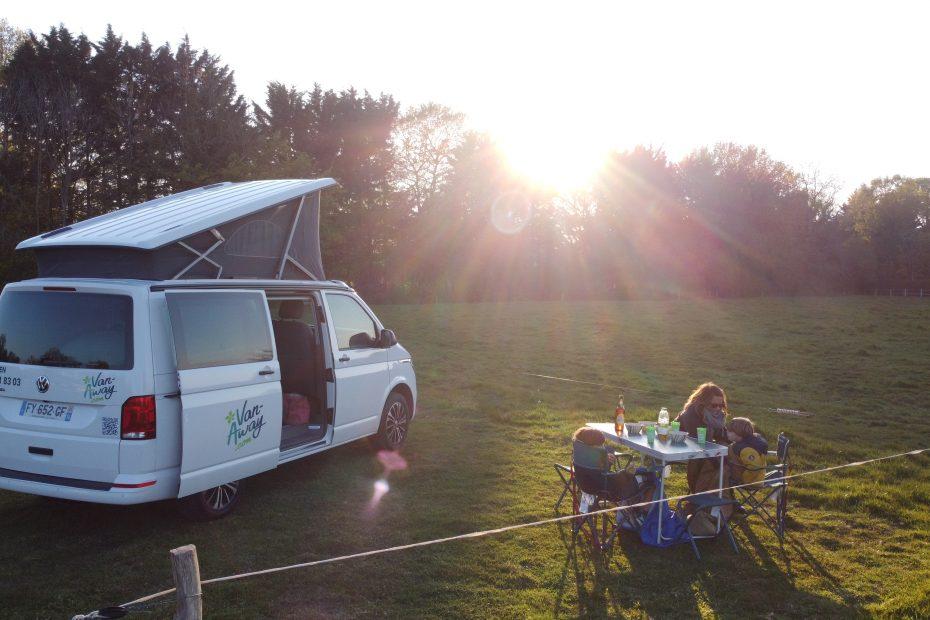 famille en van en normandie et pique nique au coucher du soleil